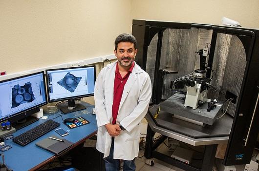 Professor Jeanlex de Souza em frente a um grande microscópio e a duas telas de computador (Foto: Ribamar Neto/UFC)