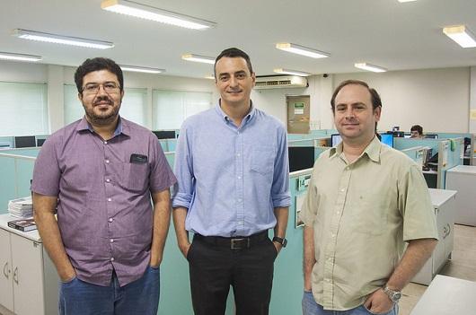 Três pesquisadores do GTEL no laboratório. Ao centro, o Prof. Charles Casimiro (Foto: Ribamar Neto/UFC)