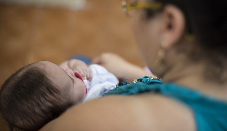 Mãe segurando bebê (Foto: Jr. Panela/UFC)
