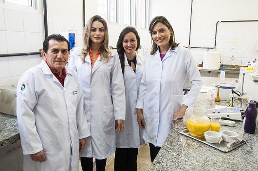 Equipe do Departamento de Engenharia de Alimentos no laboratório (Foto: Ribamar Neto/UFC)