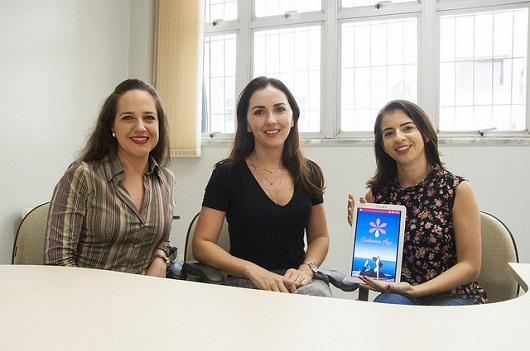 Professora Mônica Oriá, Professora Camila Vasconcelos e estudante Dayana Saboia, que segura o tablet com aplicativo aberto (Foto: Ribamar Neto/UFC)