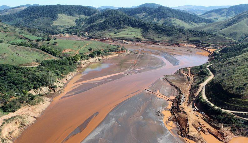 Curso do Rio Doce em Mariana tomado pela lama (Foto: Ibama)