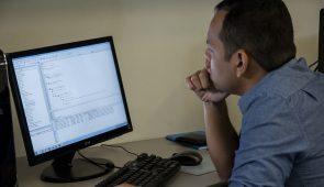 Homem usando computador apoiando braço na mesa (Foto: Viktor Braga)