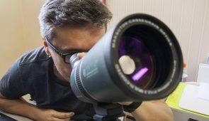 Prof. Daniel Brito de Freitas vendo através de um pequeno telescópio (Foto: Ribamar Neto/UFC)