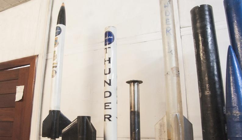 Carcaças de foguetes lado a lado (Foto: Ribamar Neto/UFC)