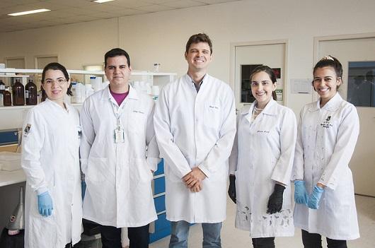 Equipe do LABBMAR responsável pela pesquisa com as moléculas marinhas. No centro, o Prof. Diego Wilke (Foto: Ribamar Neto/UFC)
