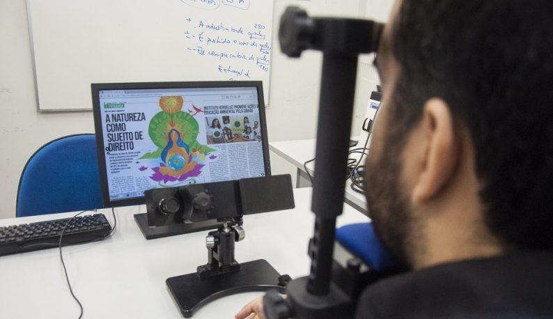 Homem usando equipamento de eye tracking, olhando para computador (Foto: Ribamar Neto/UFC)