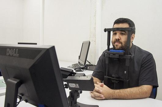 Homem usando equipamento de eye tracking (Foto: Ribamar Neto/UFC)