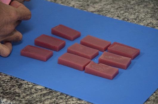 Pedaços retangulares de frutas estruturadas, similares a gelatinas (Foto: Viktor Braga/UFC)