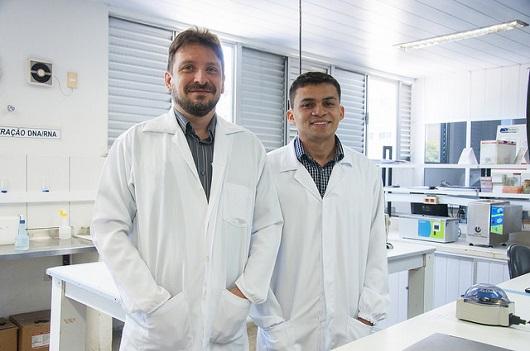 O Prof. Alexandre Havt (esquerda) é o orientador da pesquisa feita pelo pós-doutorando Adelvane Rodrigues (Foto: Ribamar Neto/UFC)