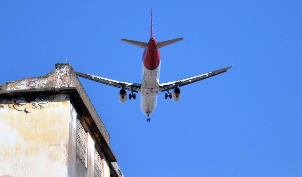 Avião sobrevoando uma escola (Foto: Prof. Ivan Ary Júnior/UFC)