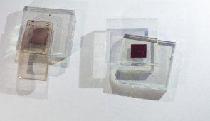 Pequenos pedaços de vidro contendo células fotovoltaicas com corante (Foto: Viktor Braga/UFC)