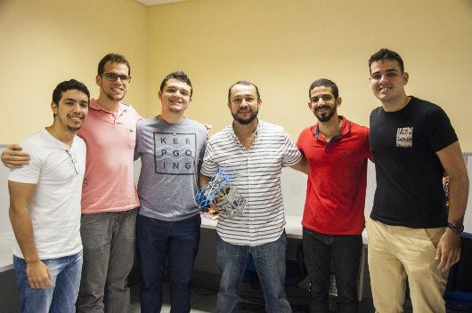 O coordenador do projeto, Prof. Jarbas Silveira (segurando o protótipo do nanossatélite), com parte da equipe de estudantes envolvidos na construção do SACODE (Foto: Ribamar Neto/UFC)