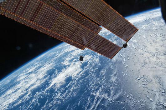 A imagem mostra o lançamento no espaço, ocorrido em 2017, do nanossatélite Dellingr, que tem o tamanho de uma caixa de sapatos. Foi desenvolvido pela NASA para fornecer dados científicos de alta qualidade em uma pequena plataforma. (Foto: Nanoracks/Larry Kepko)