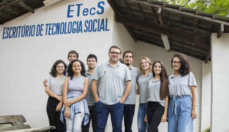 Parte da equipe do ETECS em frente ao prédio onde funciona o projeto (Foto: Ribamar Neto/UFC)