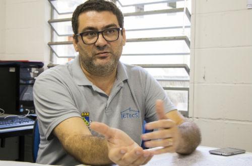 O professor Alexandre Bertini, sentado, em foto frontal feita durante entrevista com jornalistas (Foto: Ribamar Neto/UFC)