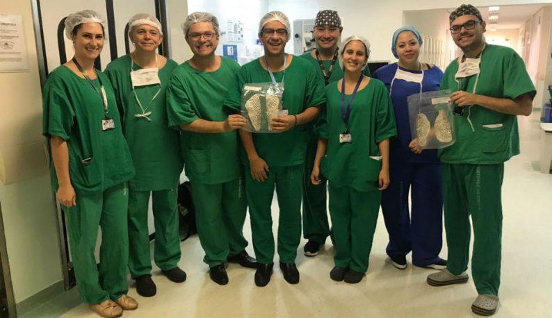 Equipe responsável pela cirurgia segurando a pele de tilápia (Foto: Divulgação)