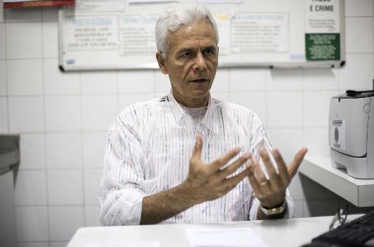 O presidente do IAQ, Edmar Maciel, sentando, dando entrevista (Foto: Viktor Braga)