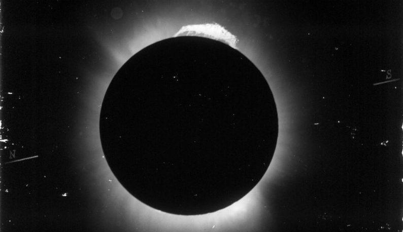 Lua cobrindo o Sol, no momento exato do eclipse observado de Sobral (Foto: Observatório Nacional)