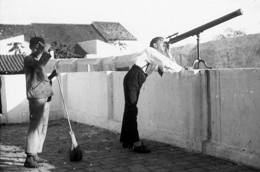 O astrônomo Teófilo H. Lee, da equipe do Observatório Nacional e integrante da expedição do eclipse, examinando o céu de Sobral por meio de um telescópio (Foto: Observatório Nacional)