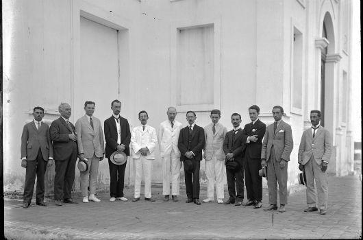 Imagem de astrônomos brasileiros, ingleses e americanos perfilados lado a lado em um local de Sobral (Foto: Observatório Nacional)