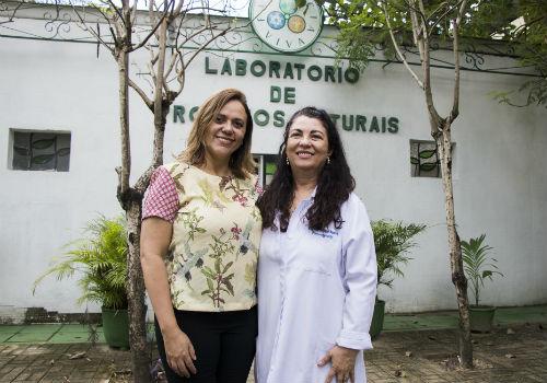 A autora da pesquisa, Karla Magalhães, e a orientadora do trabalho, Profª Mary Anne Medeiros Bandeira (Foto: Ribamar Neto/UFC)