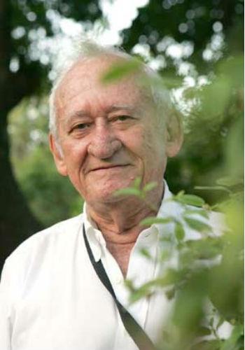 Professor Abreu Matos, em foto de busto e rosto, próximo a plantas (Foto: Divulgação)