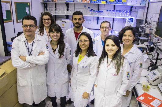 Integrantes do GBME reunidos, em pé, dentro de um laboratório (Foto: Ribamar Neto/UFC)