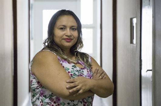 A pesquisadora Sandra Barbosa num corredor com os braços cruzados (Foto: Ribamar Neto)