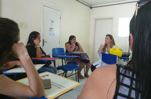 Professora e pacientes sentadas em uma sala conversando (Foto: Clarice Nascimento - PREX/UFC)