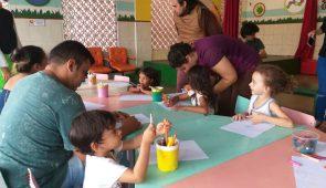 Crianças em uma mesa, desenvolvendo atividades de desenho e pintura no IPREDE (Foto: Clarice Nascimento/PREX-UFC)