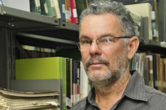 O pesquisador Mário Muniz, em uma biblioteca (Foto: Arlindo Barreto/UFC)