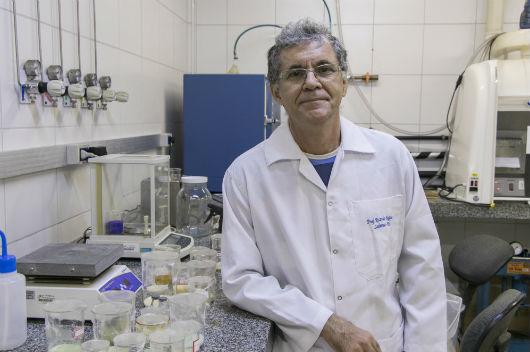 Professor Ricardo Emilio na bancada do laboratório (Foto: Viktor Braga/UFC)