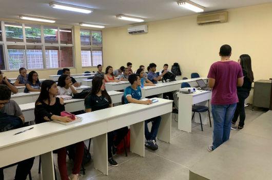 Alunos sentados em uma sala de aula, tendo aula de dois professores, que estão em pé (Foto: Luana Oliveira/PREX-UFC)