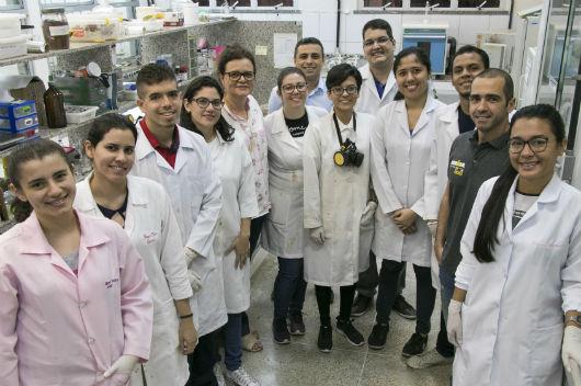 Equipe de pesquisadores do Laboratório de Produtos e Tecnologia em Processos da UFC (Foto: Viktor Braga/ UFC)