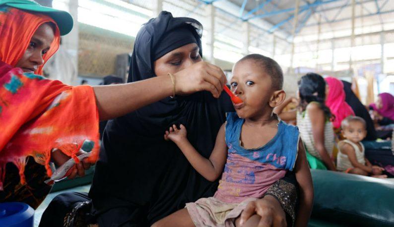 Criança com sinais de desnutrição sendo alimentada em uma área de refugiados localizada em Bangladesh (Foto: Mallika Panorat/União Europeia)