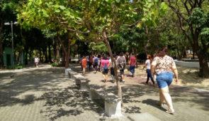 Pessoas caminhando pela calçada do Parque Parreão (Foto: Luana Oliveira/PREX-UFC)