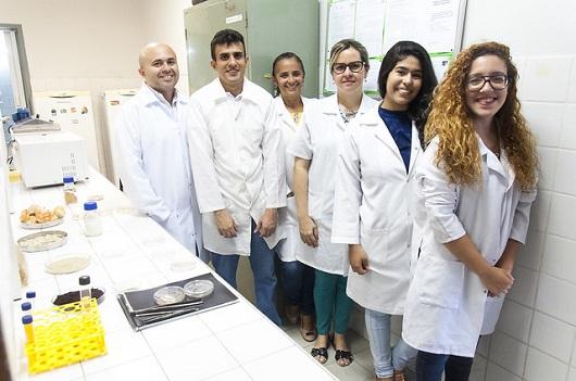 Equipe do LATEPE em laboratório (Foto: Viktor Braga/UFC)