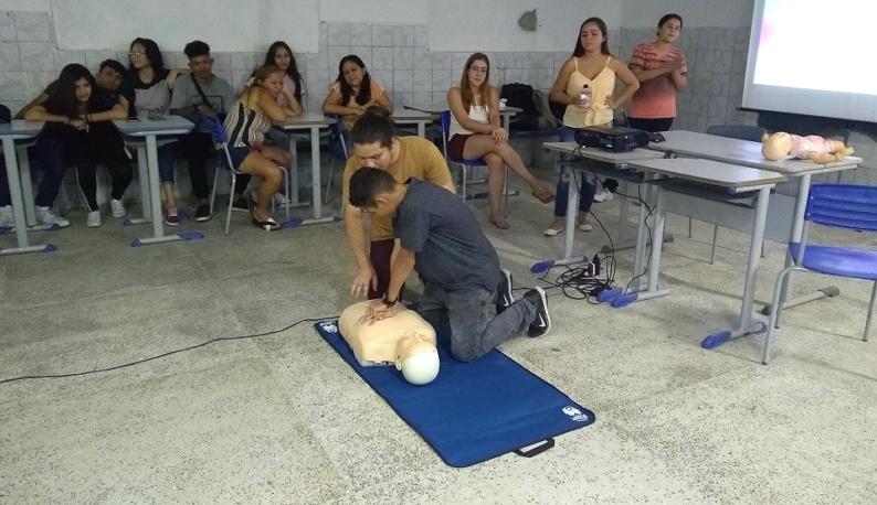 Orientação de primeiros socorros com modelo boneco (Foto: Luana Oliveira/PREX)