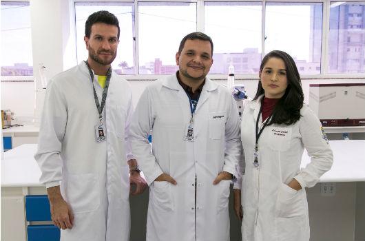 Pesquisadores Rodolpho Guedes, Hermógenes David de Oliveira e Vilmara Albuquerque de Farias (Foto: Viktor Braga/UFC)