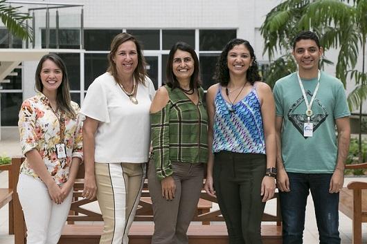 Equipe de pesquisadores enfileirados posando para a foto
