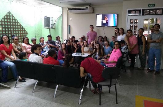 Pessoas sentadas em uma sala de espera da Clínica-Escola de Psicologia da UFC (Foto: Luana Oliveira/PREX-UFC)