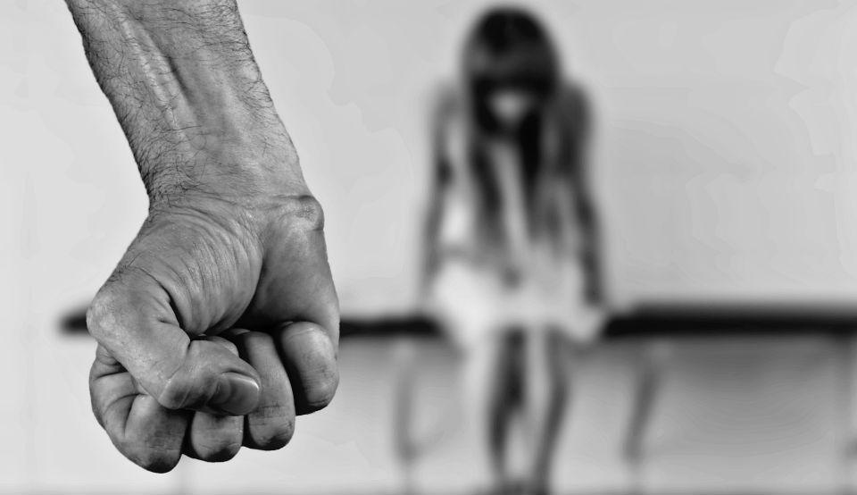 Menina desfocada ao fundo e punho cerrado a frente (Foto: Alexas Fotos por Pixabay/ Divulgação)