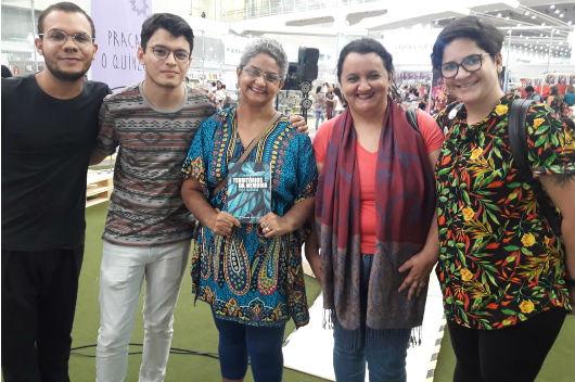 Pesquisadores ao lado da autora Ivoneide Gois (Foto: Arquivo pessoal/ Grupo Rastros Urbanos)