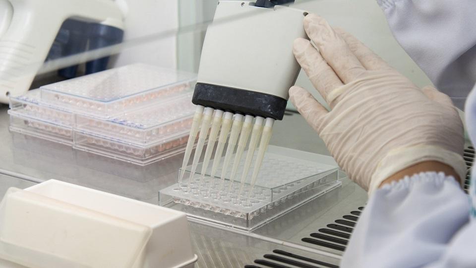 Pesquisador usando equipamento em laboratório