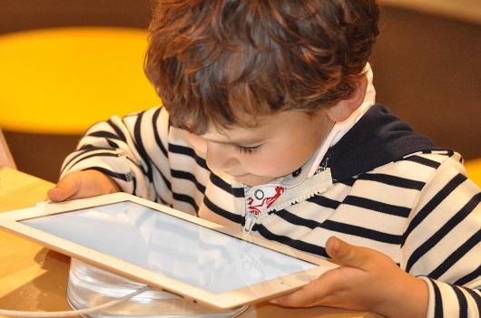 Criança usando tablet Foto: Nadine Doerle/Pixabay)