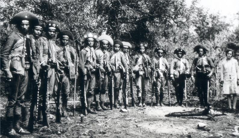 Imagem em preto e branco de antigos cangaceiros reunidos