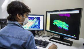 Pesquisador analisa dados de poços de petróleo no Laboratório de Interpretação Sísmica da UFC (Foto: Ribamar Neto/UFC)