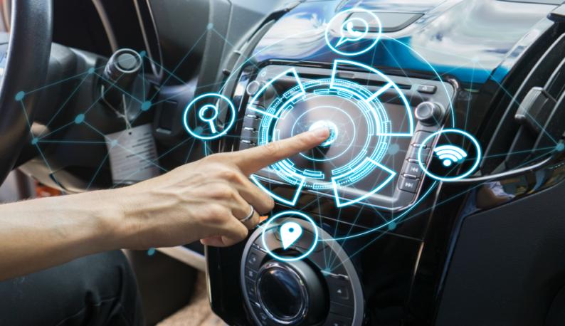 Mão teclando em um painel de carro com realidade aumentada